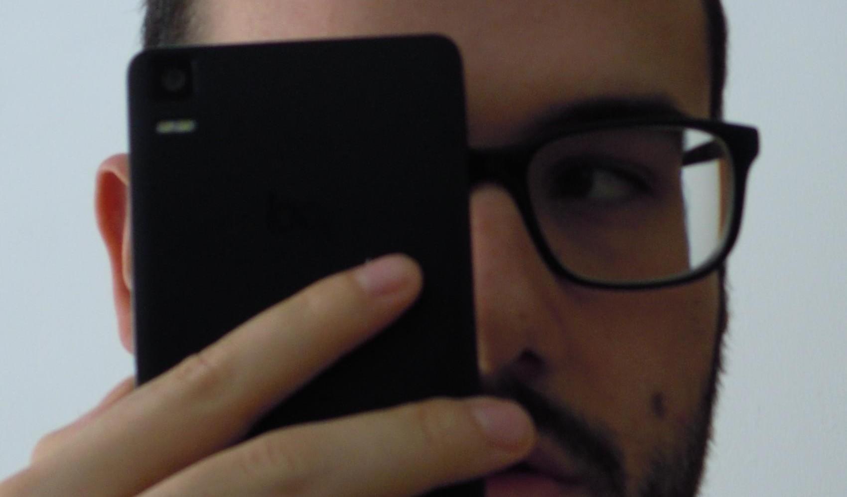 Yo con mi móvil cerca de la cara