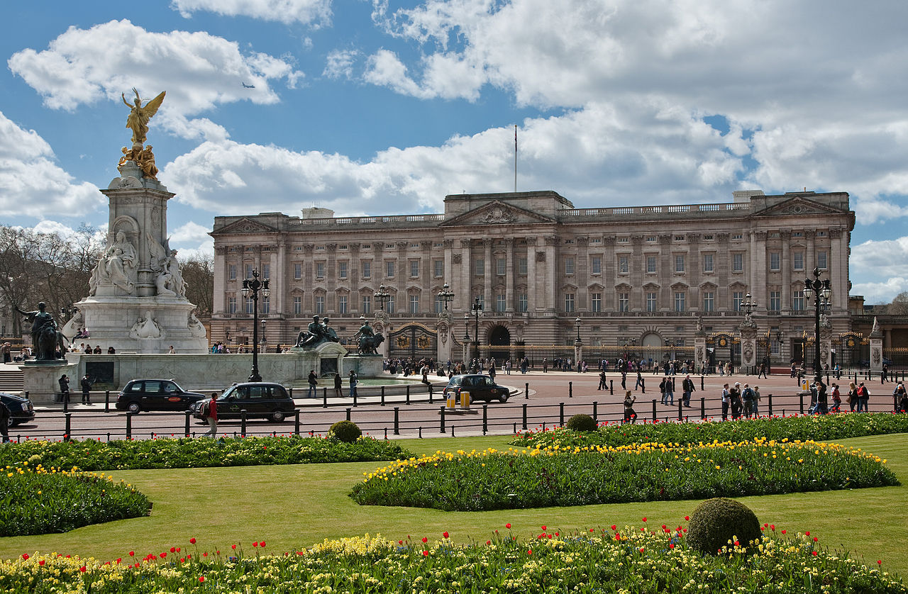 1280px-Buckingham_Palace,_London_-_April_2009