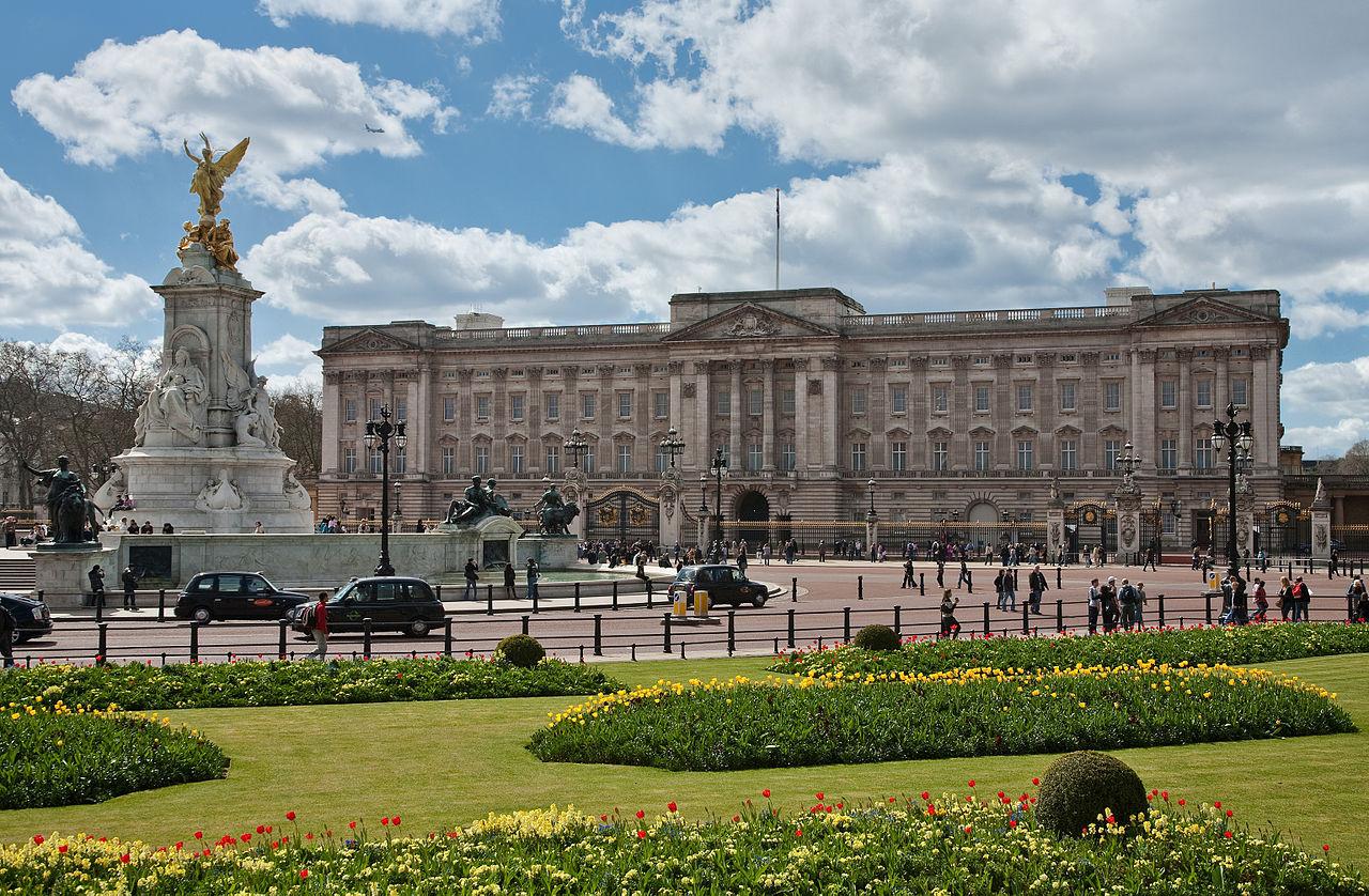 1280px-Buckingham_Palace,_London_-_April_2009