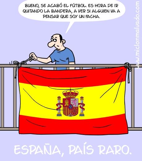 """Un hombre quita la bandera española de su balcón y dice: """"Bueno, se acabó el fútbol. Es hora de ir quitando la bandera, a ver si alguien va a pensar que soy un facha""""."""